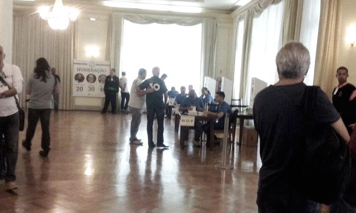 Com camisa de apoio à Abad, Pedro Antônio vota na eleição presidencial do Fluminense