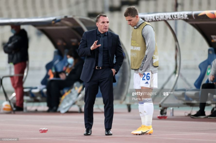 Brendan Rodgers speaks to Dennis Praet during Leicester's 2-1 victory against AEK Athens | Photo: Getty/ Plumb Images