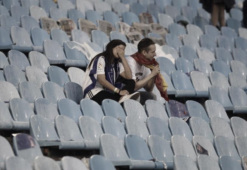 Dos jóvenes aficionados desolados en La Romareda. IMAGEN: El Periódico de Aragón
