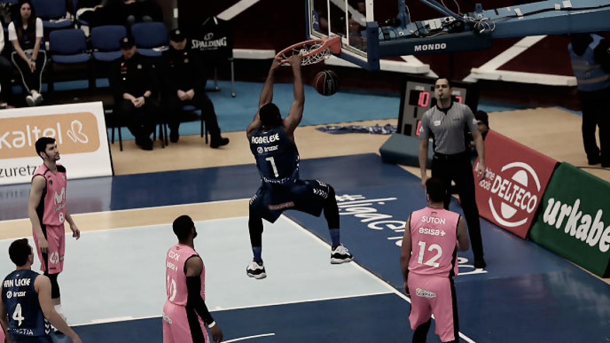 Danny Agbelese se come el aro ante la atenta mirada de los jugadores estudiantiles | Foto: ACB Photo