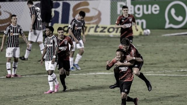 Athletico surpreende fora de casa, goleia Fluminense e encosta na liderança
