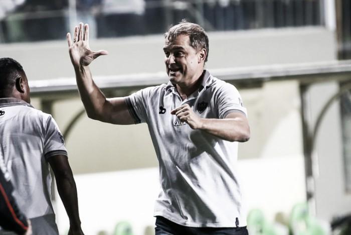 """Após vencer o Santos, Aguirre pensa na Libertadores e elogia Cazares: """"Foi decisivo"""""""