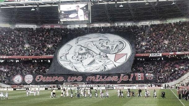 Torcida do Ajax faz campanha para clube voltar com o escudo antigo