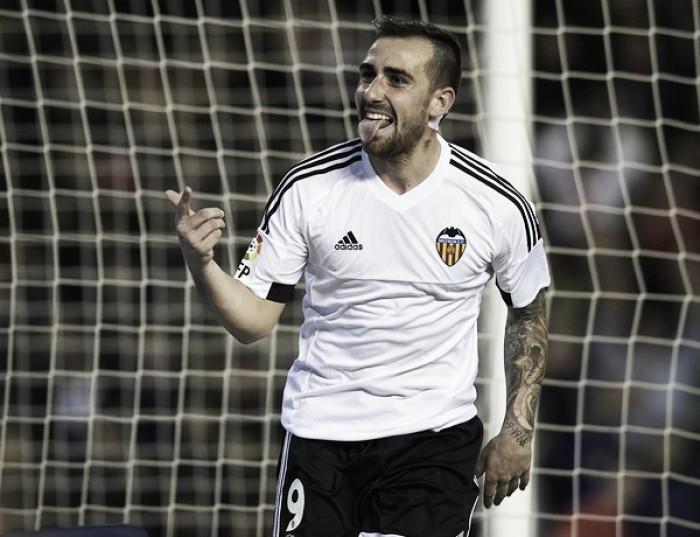 """Em meio a rumores, diretor do Valencia fala sobre sondagens a Paco Alcácer: """"Não está à venda"""""""