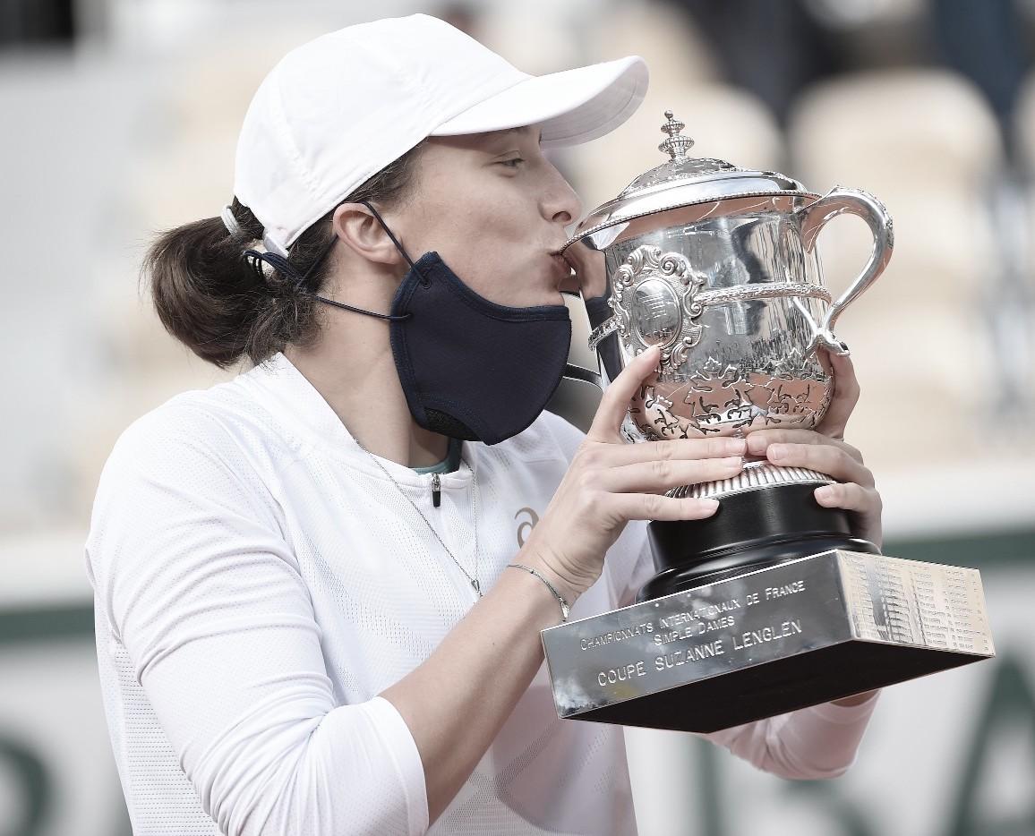 """<p><font size=""""4""""><font size=""""5""""><b>Iga Swiatek, la nueva campeona de Roland Garros con su trofeo. Foto: <a href=""""http://www.rolandgarros.com/"""">www.rolandgarros.com</a></b></font></font></p>"""