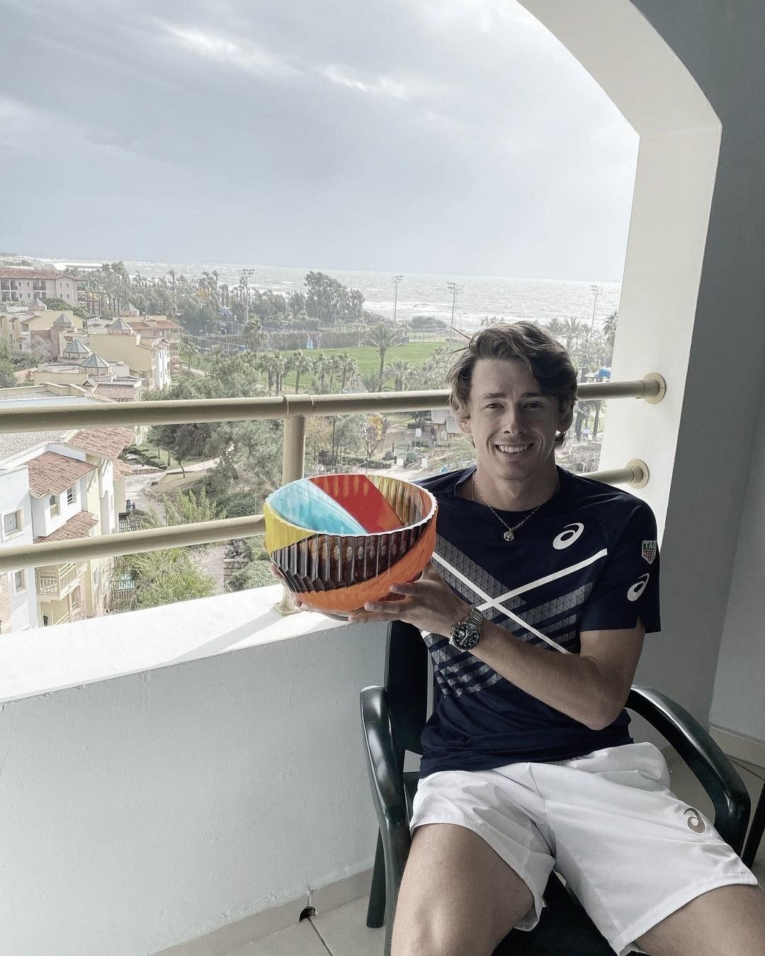 """<p><font size=""""4""""><b>Alex de Miñaur disfrutando en su hotel tras la final. Foto: Twitter @alexdeminaur</b></font></p>"""