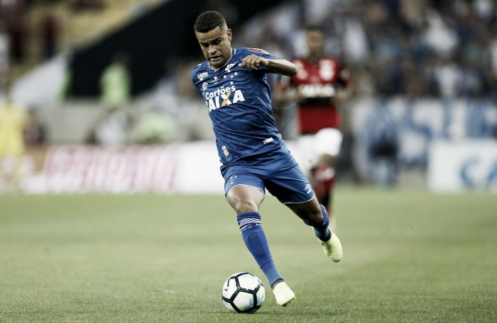 Alisson aparece em campo na Toca da Raposa e anima retorno para a decisão da Copa do Brasil
