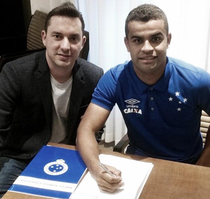 Em boa fase no Cruzeiro, Alisson renova contrato com o clube