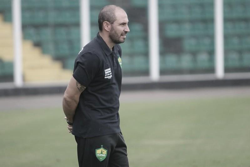 Cuiabá anuncia saída do técnico Allan Aal