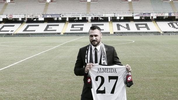Dez jogos depois, Cesena e Hugo Almeida rescindem contrato