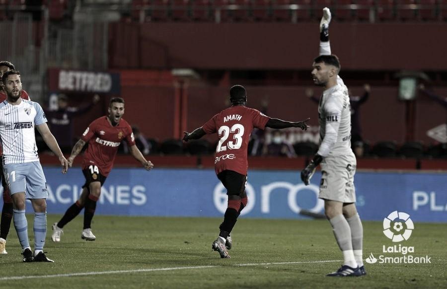 Celebración de Amath entre jugadores del Málaga CF. / Foto: LaLiga.