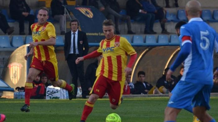 Serie B, il Benevento vola con Falco: 2-0 all'Hellas e secondo posto momentaneo