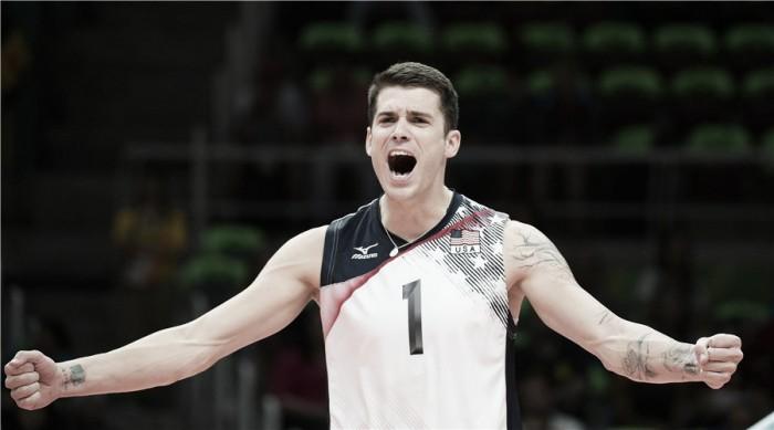 Estados Unidos bate França em quatro sets e segue vivo no vôlei masculino