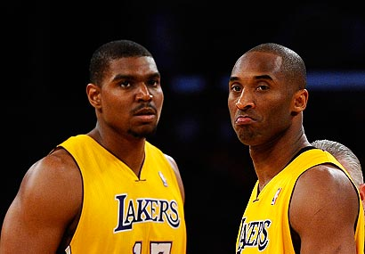 Andrew Bynum Mange Les Nuggets