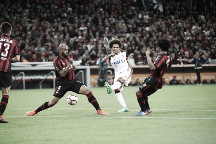 Atlético-PR supera Flamengo em jogo equilibrado e assume liderança do Grupo 4