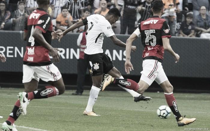 Em jogo polêmico, Corinthians empata com Flamengo e mantém vantagem no topo do Brasileirão