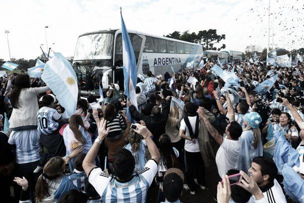 Mesmo com vice-campeonato, Argentina é recebida por milhares de torcedores no prédio da AFA