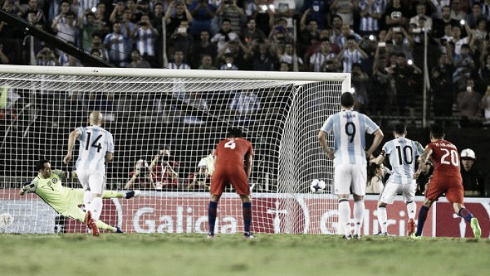 https://img.vavel.com/argentina-chile-eliminatorias-gol-penal-messi-1920-9337922646.jpg