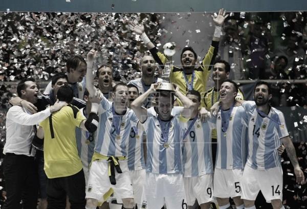 La Selección de Argentina levantando un título. | Foto: efe.com