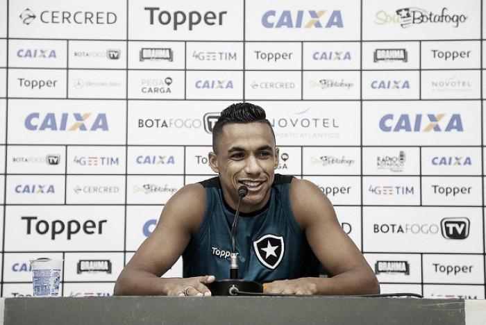 """Após início de trabalho, Arnaldo elogia ambiente no Botafogo: """"Mudanças sempre para o bem"""""""