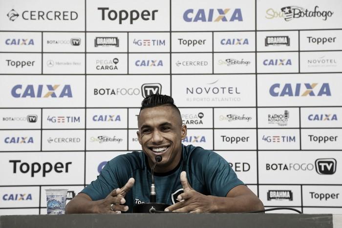 """Arnaldo vê necessidade de títulos no Botafogo: """"Não pode ficar tanto tempo sem uma conquista"""""""