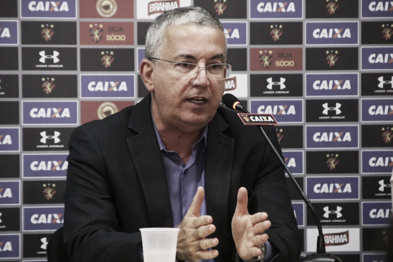 Arnaldo Barros fala com a imprensa e defende gestão no Sport