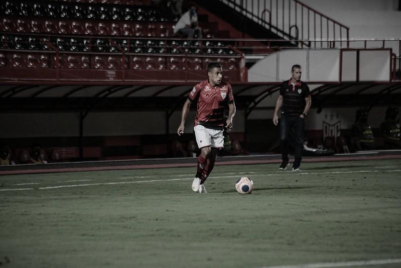 Arnaldo, do Atlético-GO, prega concentração no duelo com Athletico pela Copa do Brasil