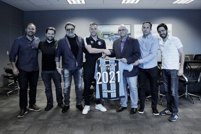 Volante Arthur renova com Grêmio por mais quatro anos