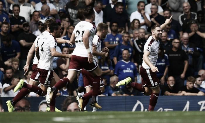 Com dois a menos, Chelsea sucumbe e perde para Burnley na Premier League