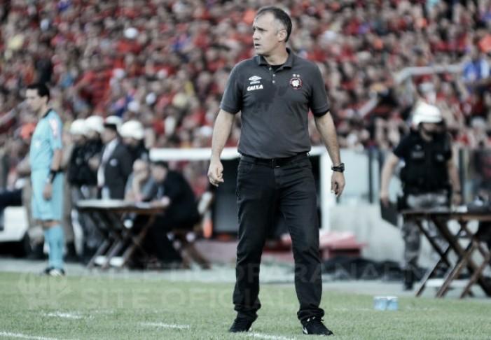 Eduardo Baptista lamenta oscilação e pênalti inexistente na derrota do Atlético-PR