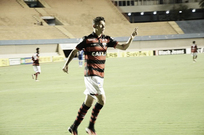 Com um gol em cada tempo, Atlético-GO vence Luverdense e assume a ponta da Série B