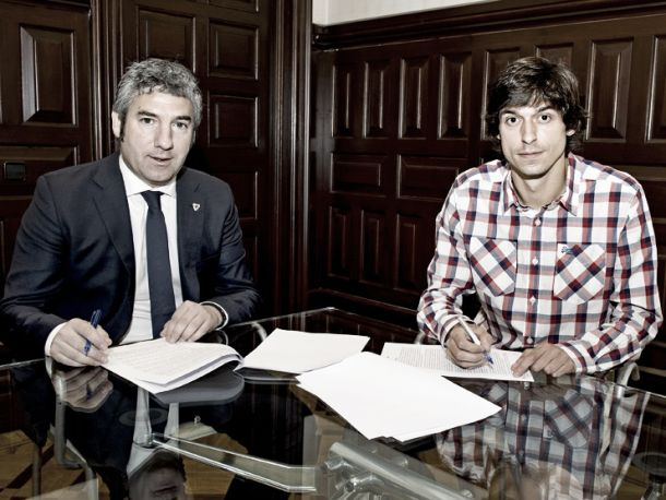Athletic Bilbao's Ander Iturraspe signs contract extension at the San Mames
