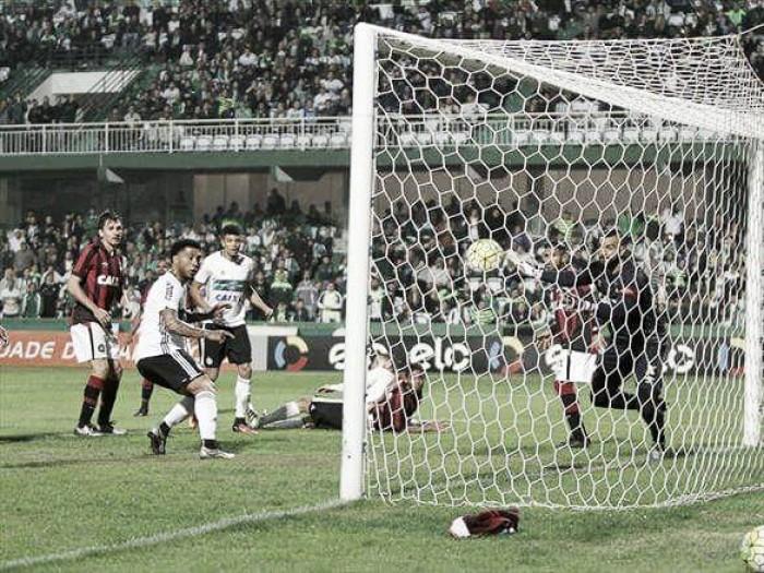 Kazim brilha na estreia e garante vitória do Coritiba contra Atlético-PR em jogo polêmico
