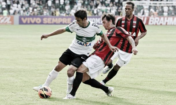 Precisando vencer, Atlético PR e Coritiba fazem clássico longe da capital