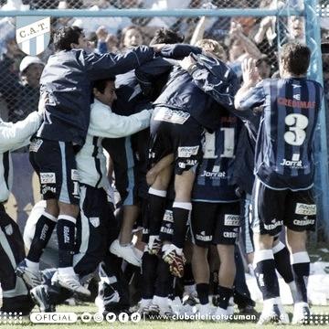 Festejo inicial de los jugadores decanos al concretar el ascenso a Primera B Nacional/ Foto: Prensa Oficial de Atlético Tucumán.