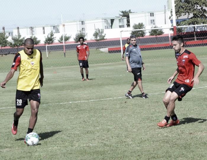 Atlético-GO e Náutico duelam para chegar mais perto do topo