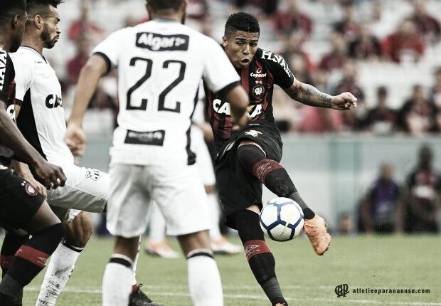 Atlético-PR e Ceará fazem jogo movimentado e empatam na Arena da Baixada