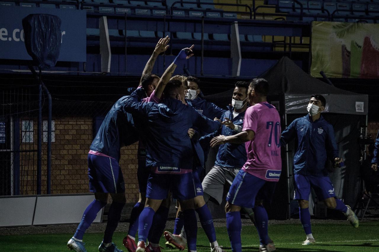 Leão jogou com uniforme especial em alusão ao Outubro Rosa (Foto: André Palma Ribeiro/Avaí FC)