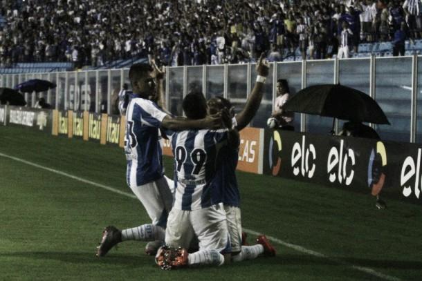 Avaí marca no fim, vence clássico contra Joinville e respira na Série A