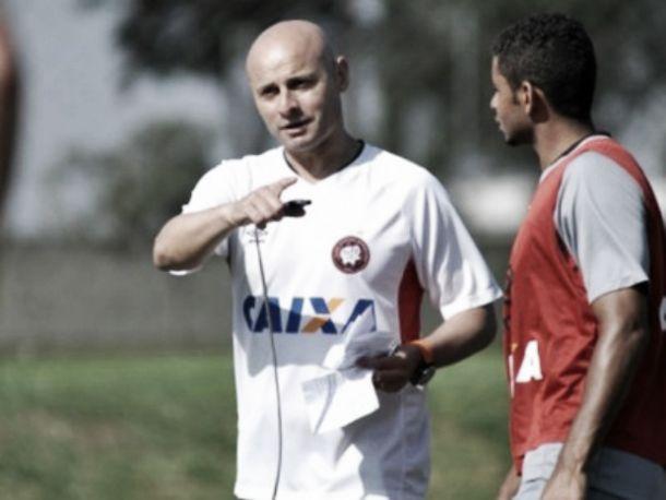 Invicto, Leandro Ávila mantém cautela sobre possível efetivação