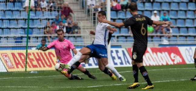 El Tenerife golea y sigue aferrado al liderato