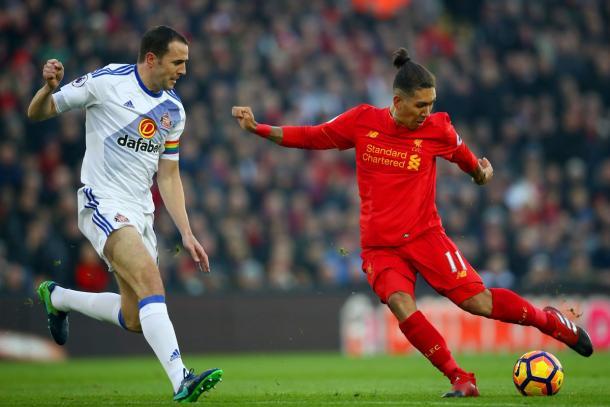 Firmino dispara ante la mirada de John O'Shea. | Foto: @SunderlandAFC