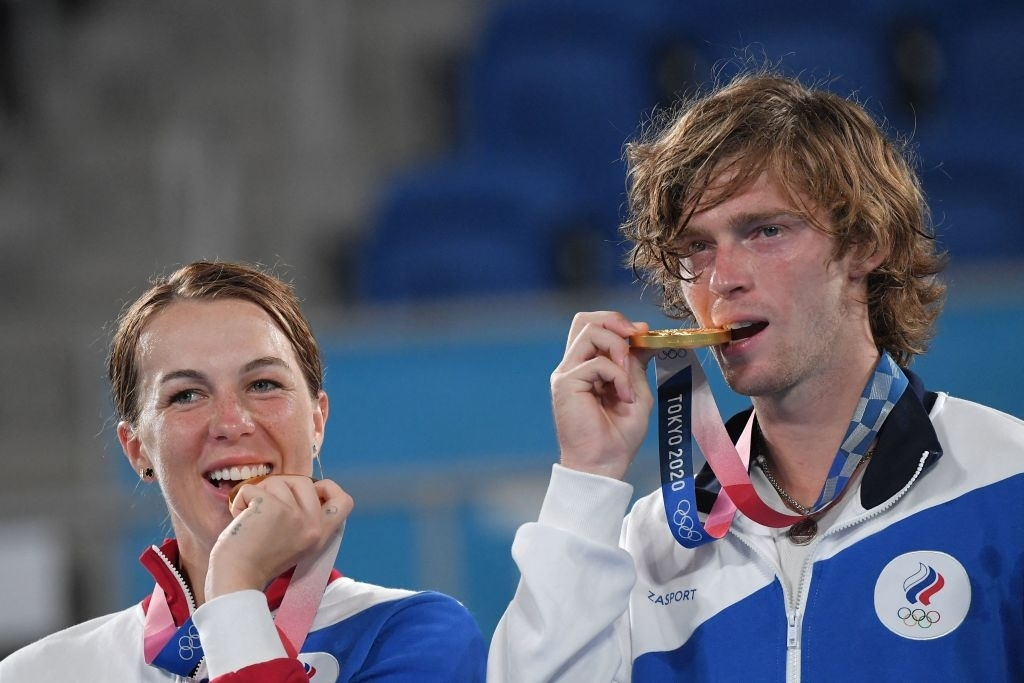 Tokyo 2020 Olympic mixed doubles champions Anastasia Pavlyuchenkova and Andrey Rublev. Photo: Clive Brunskill