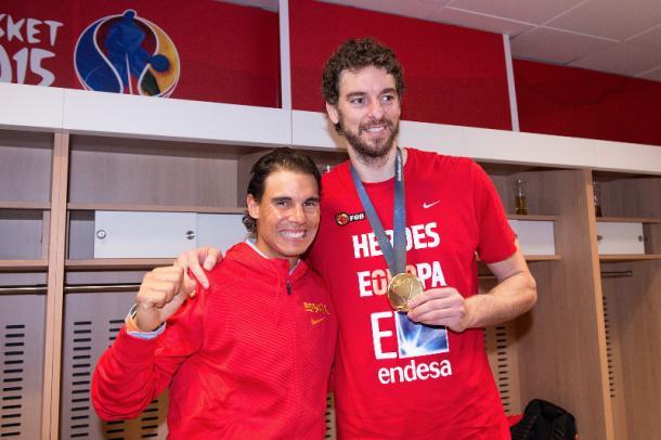 Rafa Nadal supporting Pau Gasol after Spain won EuroBasket 2015. (Photo: Fiba/Sonia Canada)