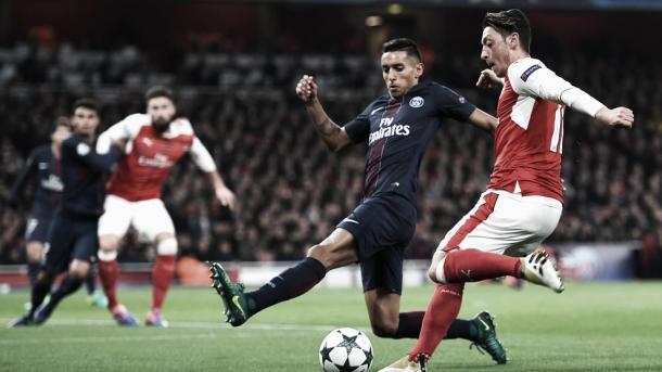 Mesut Özil intenta centrar delante de Marquinhos. (Foto: Getty Images)