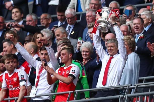 Wenger con la última FA Cup. Foto: Getty Images.