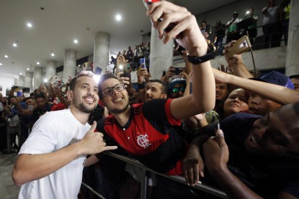 Éverton Ribeiro foi recepcionado no tradicional AeroFla, também utilizado nas contratações de Diego e Conca. Foto: Staff Images/Flamengo