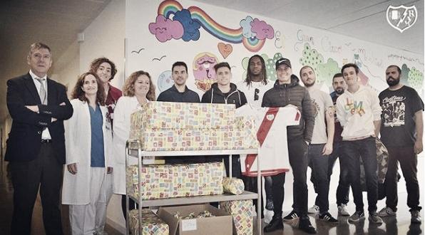 Jugadores del Rayo Vallecano en su visita al Hospital Infanta Leonor. Fotografía: Rayo Vallecano S.A.D.