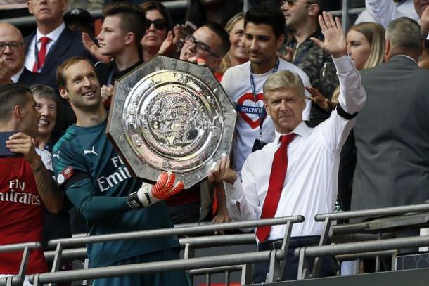 Wenger con la Community Shield de 2017, su último título con el Arsenal. Foto: Getty Images.