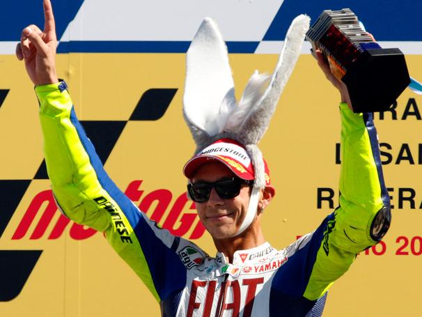 Valentino Rossi en el podio de Misano I Foto: crash.net